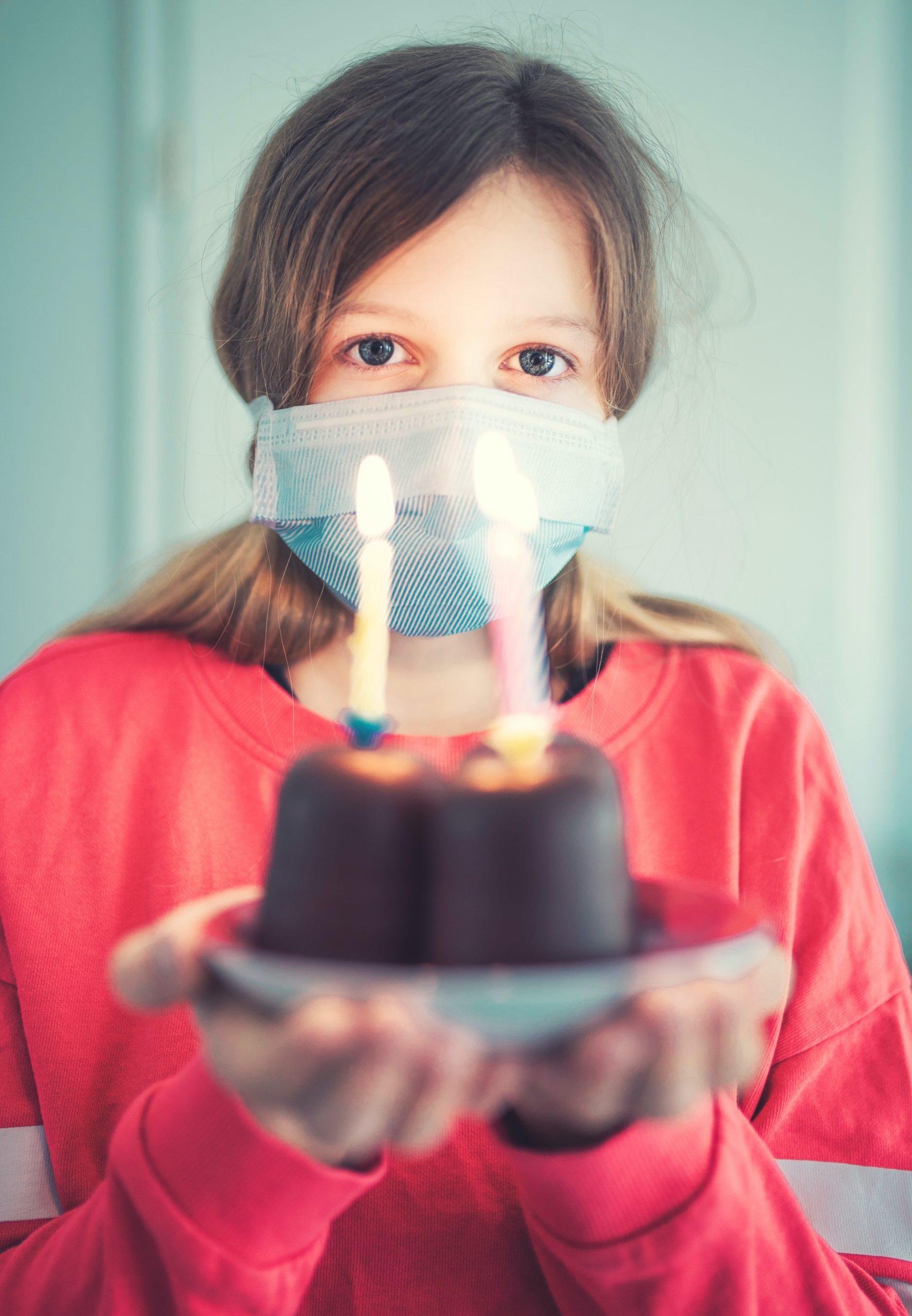 Foto van meisje met mondkapje